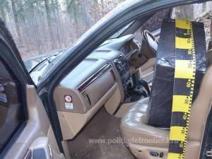 În interiorul mașinii au fost găsite mai multe colete care conțineau 8.960 de pachete țigări de proveniență ucraineană