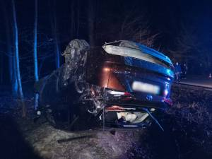 Mașina s-a răsturnat în pădure