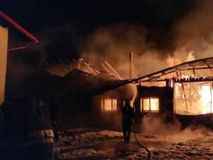 Atelierul de tâmplărie, uscătorul de scândură şi alte anexe au fost distruse în incendiu