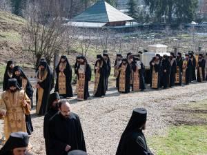 Procesiune în jurul Mănăstirii Putna FOTO Mănăstirea Putna