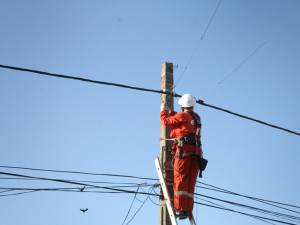 Angajații companiilor de distribuție a energiei electrice și a gazelor naturale, dotați cu măști și mănuși de protecție de unică folosință