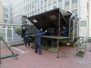 O autospecială de decontaminare personal, instalată în curtea Spitalului Județean