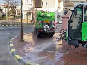 Două utilaje pentru spălarea și dezinfectarea trotuarelor și a străzilor înguste acționează în plus în Suceava