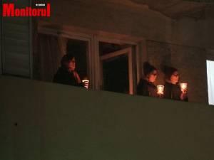 """Noaptea de Înviere la Catedrala """"Nașterea Domnului"""" Suceava: preoții în biserică, credincioșii la balcoane cu candele aprinse"""