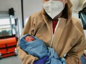 Dr. Emanuela Mercorie cu fetița abia venită pe lume