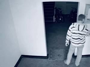Un individ trage pe nas dezinfectantul de mâini, apoi fură întreg recipientul din casa scării