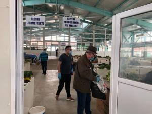 Mască și mănuși de protecție, obligatorii pentru vânzătorii din piețele agroalimentare din Suceava