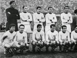 Constantin Jamaischi, al doilea din stânga sus, după Rică Răducanu, alături de colegii de la Rapid cu care a câștigat titlul național in 1967. Foto prosport.ro
