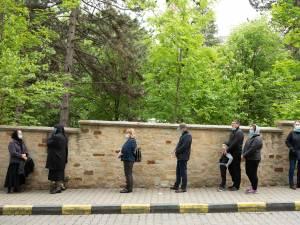 Credincioșii s-au așezat la coadă pentru a ajunge la sicriul Părintelui Arhiepiscop Pimen. Foto Ema Motrescu