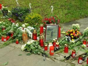 Credincioșii au depus flori și lumânări în așteptarea sicriului cu ÎPS Pimen