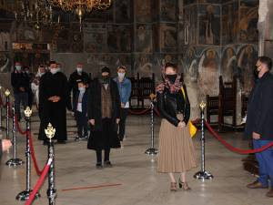 Așteptare în rând a credincioșilor în interiorul Catedralei Arhiepiscopale