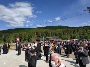 Mii de oameni l-au petrecut pe ÎPS Pimen pe ultimul drum