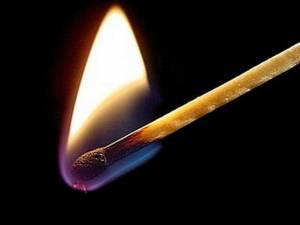 Doi copii au provocat un incendiu într-o mașină în care au aprins o candelă Sursa foto leviathan.ro