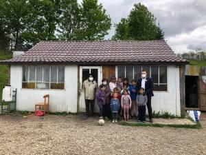 Familia cu 10 copii din Râșca a primit alimente, haine, jucării și jocuri educative, farfurii și o plapumă de lână din partea Centrului Social Maria Ward