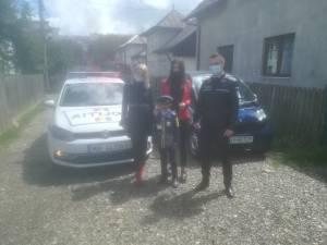 Ionuț a primit o uniformă, jucării și dulciuri de la polițiștii suceveni