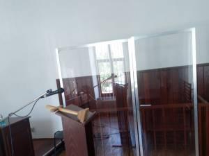 Compartimentul persoanelor lipsite de libertate a fost izolat total cu un panou de plexiglas transparent