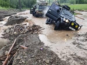 Masini impotmolite din cauza apelor mari care au distrus drumul spre Brodina de Sus