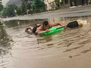 """""""Rafting"""" pe stradă, la Vatra Dornei"""