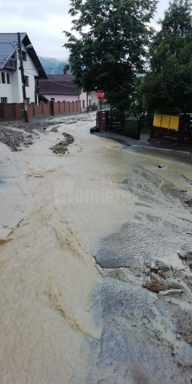 Apele au inundat drumuri si curti la Gura Humorului