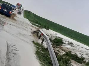 Apele adunate au inundate E 85, duminică după-amiază