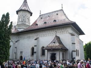 Pelerini la slujba religioasă din curtea mănăstirii