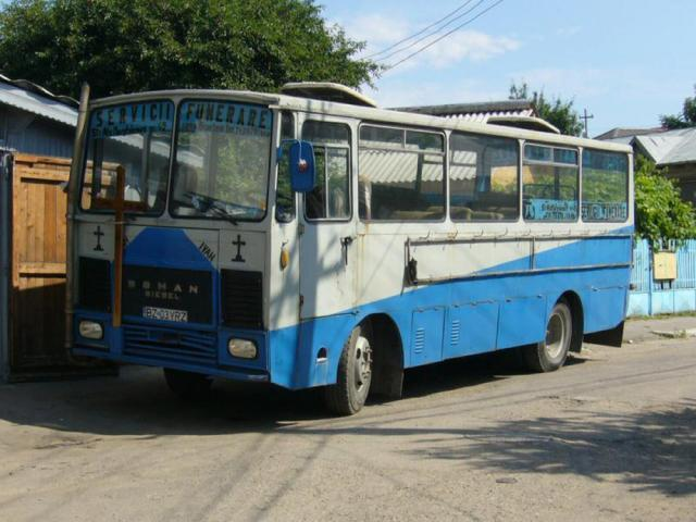 """Autobuz Roman Diesel A 8, denumit atunci """"o cutie de chibrituri pe roți"""""""