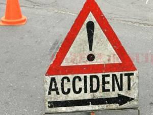Un autoturism BMW s-a răsturnat în albia unui pârâu după o coliziune cu un alt autoturism