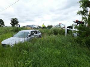In urma impactului, ambele vehicule au fost proiectate in afara drumului