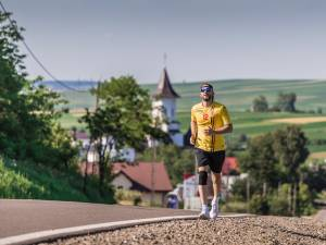 Ștefan Mandachi a parcurs pe jos 21 de km, după ce a pierdut un pariu - foto Cătălin Urdoi