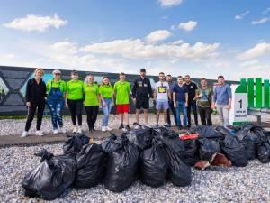 O parte din gunoiul strans de pe marginea drumului de Stefan Mandachi și voluntarii care i s-au alăturat