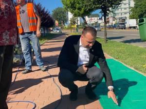 Pistele de bicicletă marcate cu vopsea verde se diferențiază de trotuarul alocat pietonilor și prin suprafața poroasă