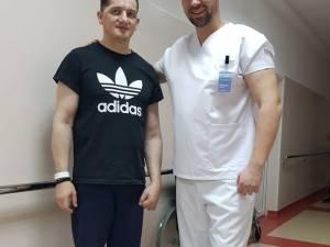 Alexandru Cerlincă împreună cu polițistul Ciprian Sfichi, în luna martie