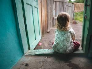 """Peste 7.500 de copii suceveni au părinți plecați """"afară""""  Sursa Salvați Copiii"""