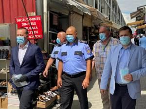 Cei care au mers prin autobuze și prin Bazar, împărțind măștile de protecție au fost viceprimarul Lucian Harșovschi, subprefectul Daniel Prorociuc și Ovidiu Doroftei, șeful PLS