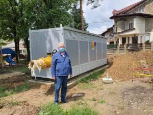 Primarul Ion Lungu lângă Stația de Reglare Sector (SRS) pentru gaz metan, montată acum o lună lângă sediul de Primărie din Burdujeni