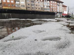 Grindină căzută în centrul Sucevei