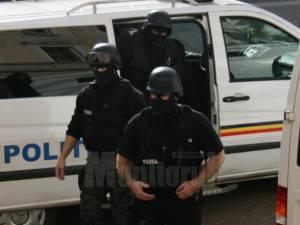 Judiciaristii rădăuțeni au efectuat perchezitii la locuinta fraților împreună cu luptătorii de la Acțiuni Speciale