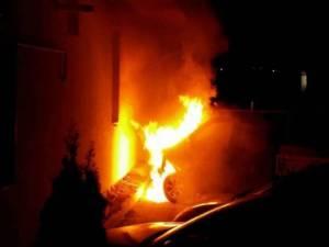 Autoturism incendiat în plină noapte, după ce fusese lăsat la marginea drumului. Foto: oradesibiu.ro