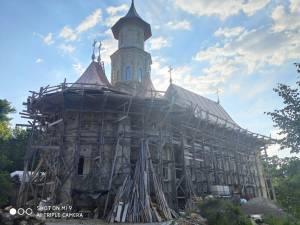În ciuda furtului, lucrările la acoperiș sunt în mare parte finalizate