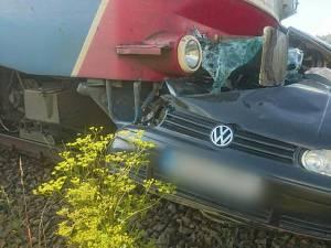 Mașina a fost surprinsă de locomotiva trenului Bistrița Nord - Vatra Dornei