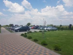 Cele trei petreceri din aceeași locație în aer liber, pe timp de zi, și numărul mare de mașini au atras imediat atenția