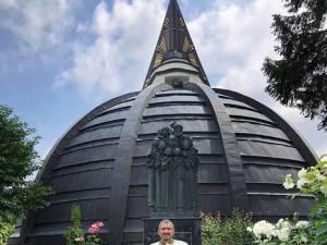Grupul statuar al Martirilor Brâncoveni pe frontispiciul Bisericii Nașterea Maicii Domnului din Suceava