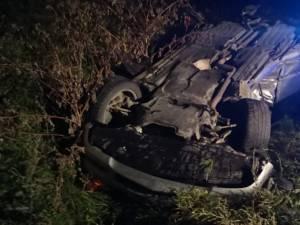 Unul dintre autoturismele implicate in accident si rasturnat in afara drumului