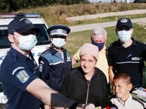 Polițiștii au oferit rechizite și ghiozdane copiilor din mai multe comunități nevoiașe