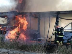 Autobuzul a fost cuprins de flăcări, cei patru pasageri şi șoferul reușind să iasă la timp