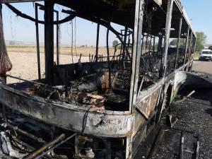 Autobuzul s-a făcut scrum în urma incendiului