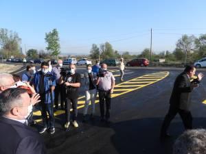 Andrei Neșculescu cerând tuturor să stea la distanță, până aduce o mască din mașină
