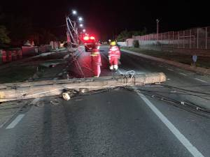 Stalp de electricitate doborat si trafic blocat in urma accidentului petrecut la primele ore ale diminetii