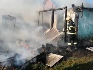 Locuință distrusă într-un incendiu, izbucnit de la jarul din sobă