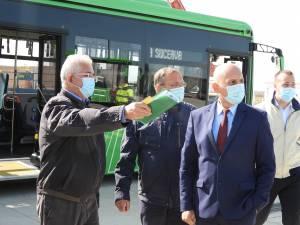 Primarul Ion Lungu, președintele CJ, Gheorghe Flutur, dir. ADR NE, Vasile Asandei, și viceprimarul Lucian Harșovschi, la recpționarea celor 25 de autobuze electrice